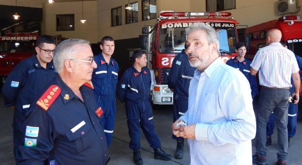El periodista Diego Pietrafesa junto al Jefe del Cuerpo de Bomberos Voluntarios de 9 de Julio