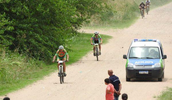 Llegada de ciclistas del rural bike en la Doble Dennhey