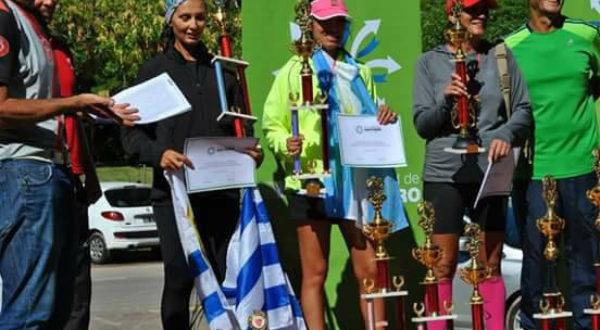 Nuria Oyanguren al momento de ser premiada, habiendo ganado una de las competencia del Circuito de Ultramaraton