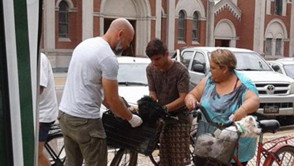 Onagoity el dia martes vacunando a dos pequeños perros que fueron llevados a Plaza Belgrano