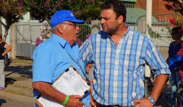 El Intendente Barroso dialogando con integrantes de la organización