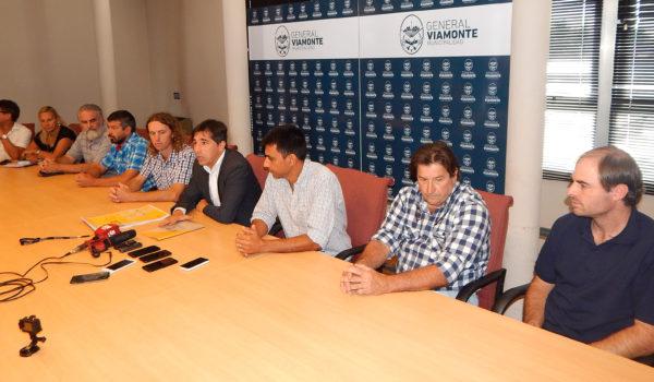 El intendente Flexas junto a funcionarios y productores durante la presentaciond el 2do Festival del Queso