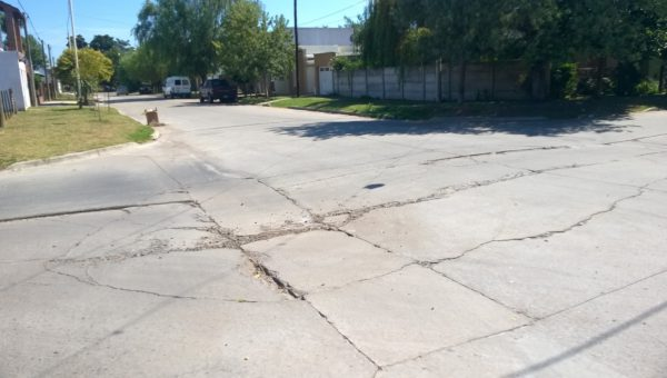 El pavimento se viene hundiendo y partiendo desde principio del año 2017