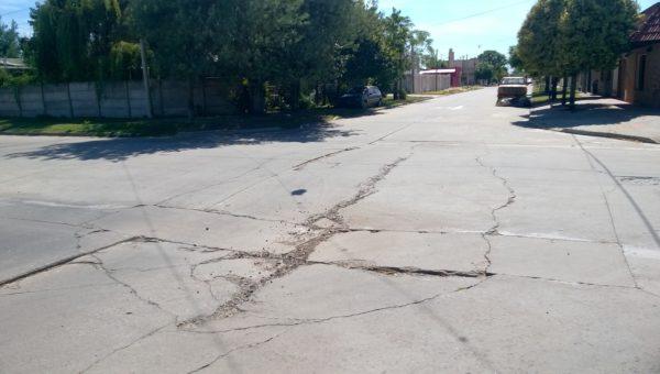 En Gardel y Lagos se hunde el pavimento y el peligro de que se afecte el colector pluvial