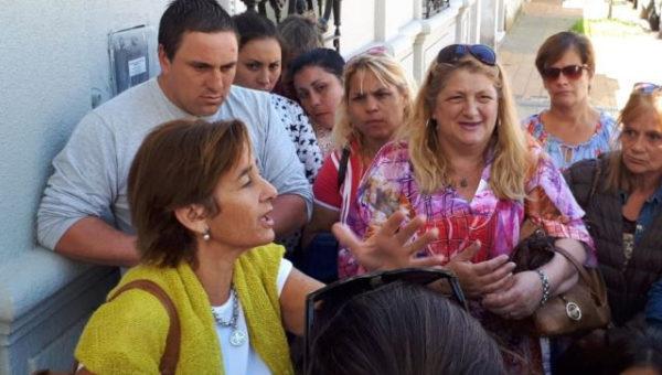 Familiares de los transportistas detenidos en dialogo con la letrada en las afueras del Juzgado – foto La Verdad
