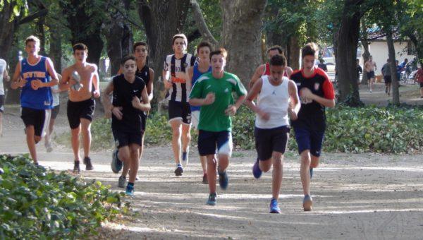 Jugadores de U15 y U17 durante la parte fisica en el Parque Gral San Martin