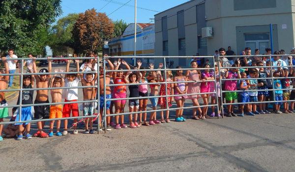 Niños de la Colonia de Natacion de Libertad alentaron el paso de la Doble Bragado