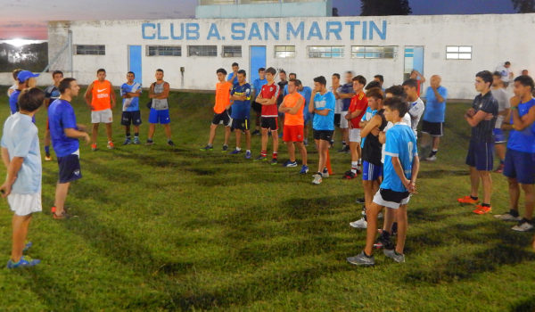 Paoltroni dando las primeras instrucciones a sus dirigidos en San Martín