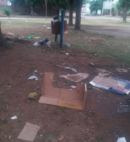 Residuos tirados en la Plaza
