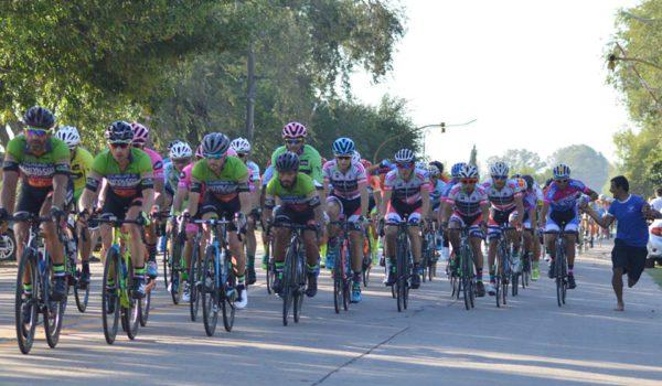 Un asistente de Transporte el Sol asiste a un ciclista del equipo -foto Carina Almud