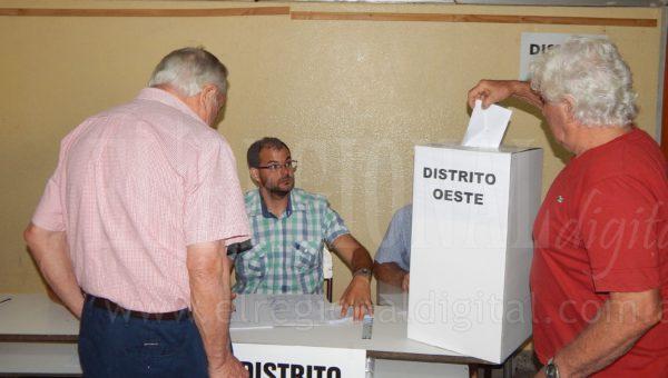Un asociado del Distrito Oeste emitia su voto en la mañana de hoy