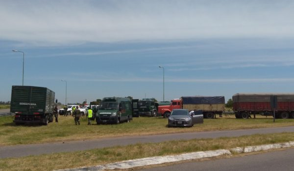 Vehiculos y personal de Gendarmeria en la interseccion de las rutas 5 y 50 en Casares – Foto Casaresonline