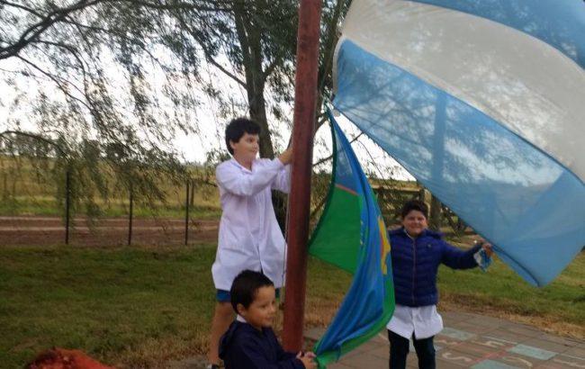 Alumnos de la escuela rural 25 de EL Jabalí, durante el izamiento de la bandera esta mañana