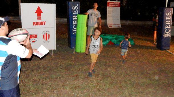 Dos niños toman contacto por primera vez con el rugby, que se expuso en la 2da. edición de Expo Deportes
