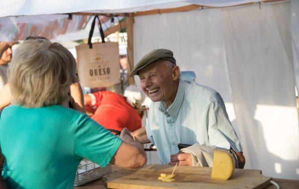 Don José Fassler compartiendo la alegria que aporta el Festival – foto Festival del Queso