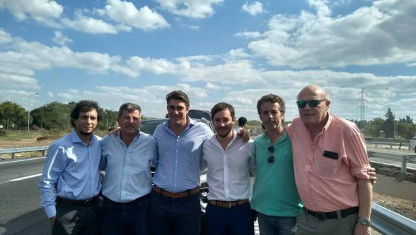 El nuevejuliense Julio Mascheroni junto a Carlos Mosso de Usuarios Viales y funcionarios de Vialidad