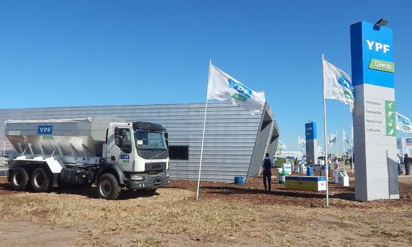 Equipo Impala con el que Guzzaroni Greco presta servicios de fertilizacion fue presentado en el YPF Directo de Expoagro 2018