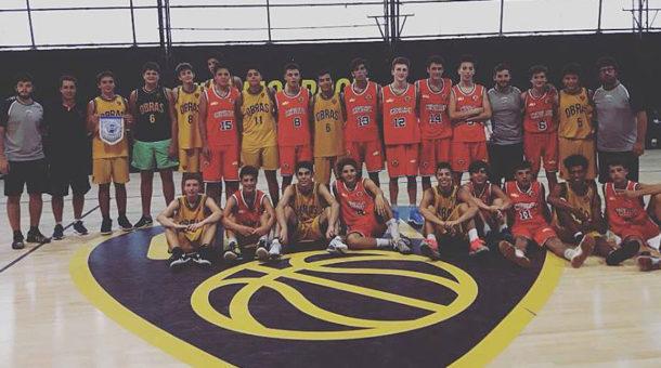 Equipos de la Asociacion de Basquet Chivilcoy y Obras juntos tras finalizar el partido el domingo 4