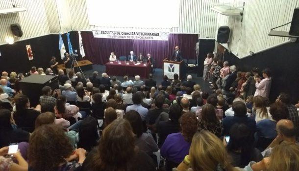 Perez Carrera dirigiéndose al auditorio presente