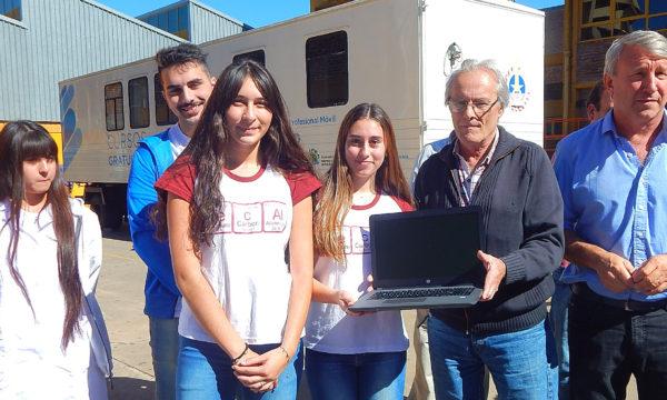 Integrantes de Coopetec reciben el equipo informatico de manos de Omar Malondra