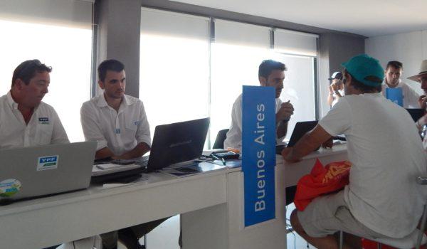 Integrantes del YPF Directo Guazzaroni Greco atendiendo clientes de la region