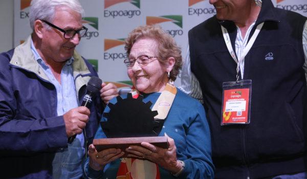 Rogelia recibiendo su reconocimiento en Expoagro