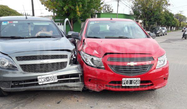 Asi quedaron ambos vehiculos en la interseccion de Urquiza y Mendoza