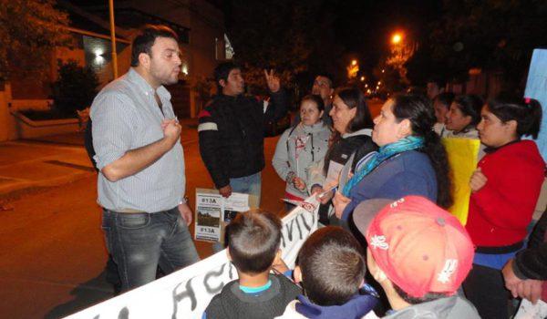 Barroso en dialogo con los vecinos quienes se hicieron presentes frente a su domicilio