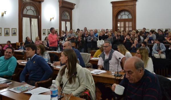 El concejal Baglieto calma su situacion bebiendo te, y sus compañeros de banca tratando de encontrar una respuesta