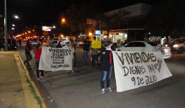El grupo de vecinos marchando por Av Vedia
