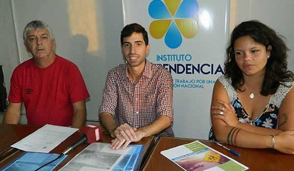 Juan Pablo Parise junto a Carolina Rossi y el Profesor Rossi durante el dialogo con la prensa