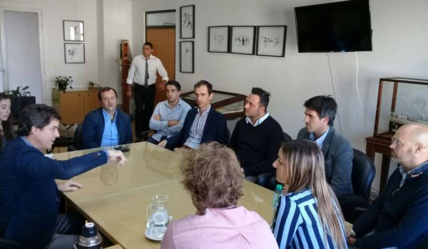 Los Intendentes Aiola y Petrecca junto a legisladores e integrantes del ADA – foto la Razon de chivilcoy