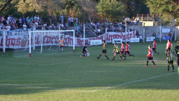 Romero controla una pelota en el segundo tiempo ante un avance ranciguista