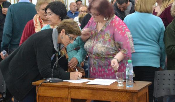 Vecinas firmando el petitorio
