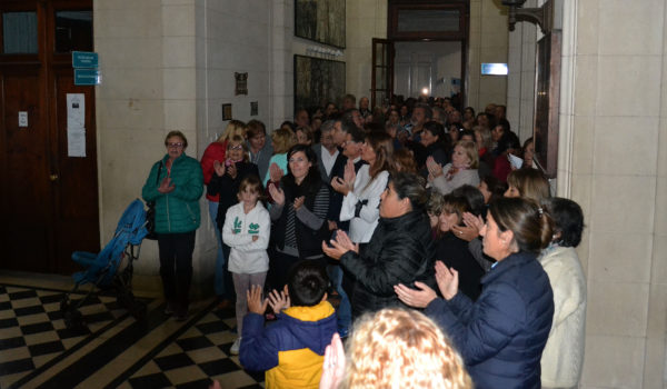Vecinos que esperaban en el Hall de ingreso, mientras otro grupo estaba en el Recinto