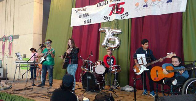 Alumnos de la ENS que desarrollaron distintas expresiones musicales como inicio de los festejos