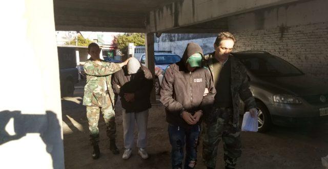 Ambos delincuentes llevados por efectivos del CPR 9 de Julio