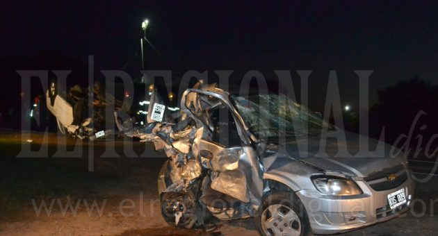 El automovil debio ser cortado por Bomberos para retirar a las personas de su interior