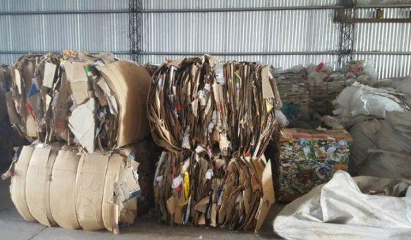 Fardos de carton y plasticos listos para su venta