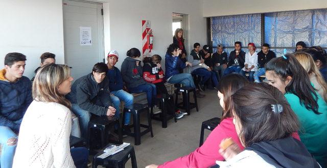 La Dra Villalba con el grupo de jovenes y vecinos que se acercaron a la charla