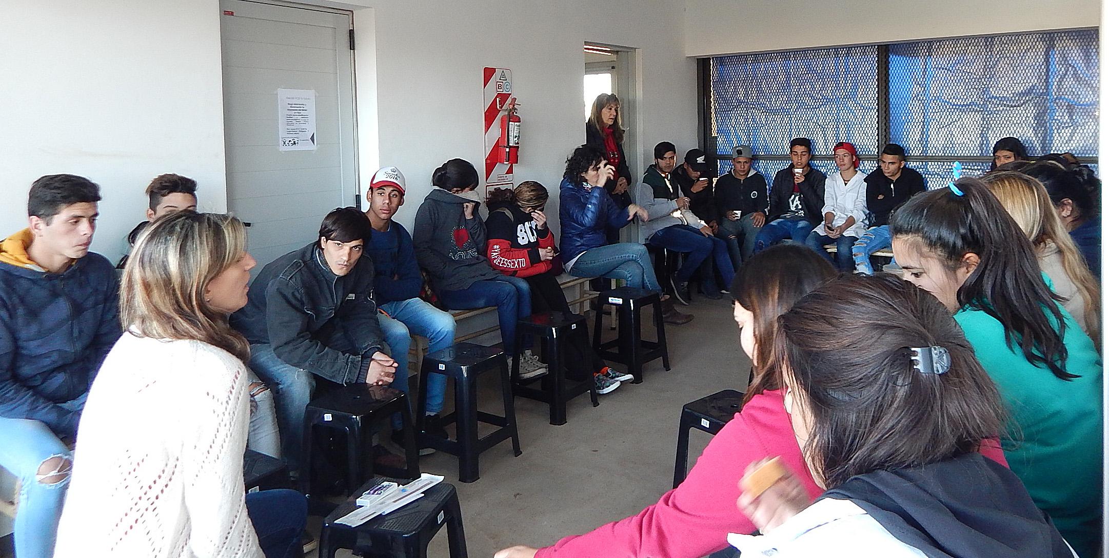 Amplio interés de un grupo de jóvenes sobre planificación familiar en una charla