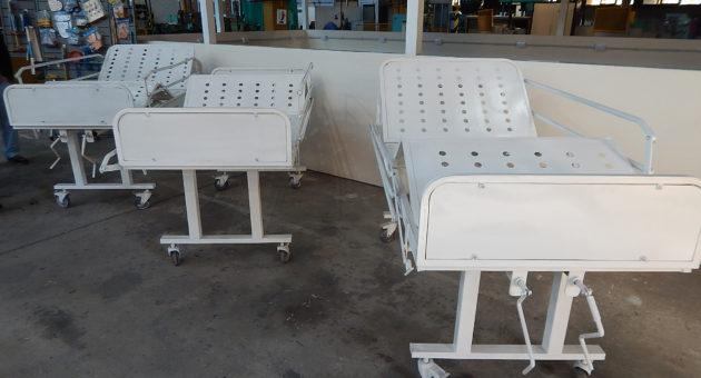 Las tres camillas construidas por alumnos de la Tecnica, se colocaran en el Showroom del Hospital