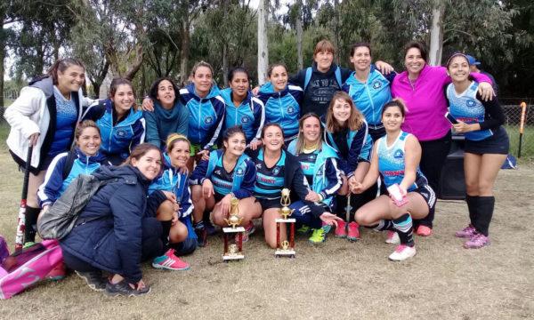 Mamis Hockey de San Martin con sus trofeos obtenidos en 25 de Mayo