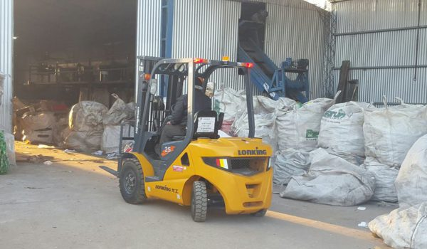 Monta carga que se adquirio con la venta de reciclables