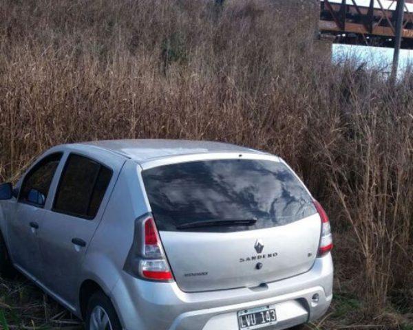 Automovil en el que se movilizaban y quedo abandonado en un camino rural
