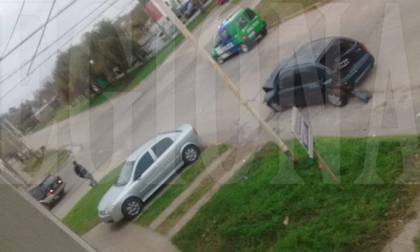 El Corsa y la Mercedes quedo tras el impacto sobre calle Garmendia