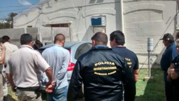 El efectivo de policia al momento de ser detenido -foto casaresonline