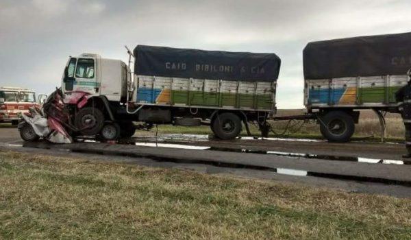 Violento accidente entre una pick up y un transporte de carga en ruta  50