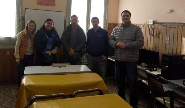 Mirabelli, Zega, Appella, Asenjo y Barroso en la Sala de Informatica junto a las PCs
