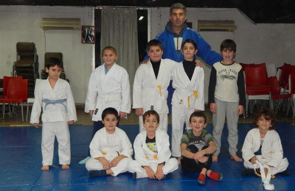 Ricardo Gonzalez junto un grupo de alumnos